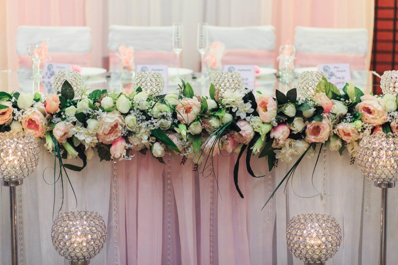 стол молодых президиум свадьба бело-розовая в стиле сваровски выездная регистрация декор банкета свадебное агентство ЛавМи Могилев печерское предместье