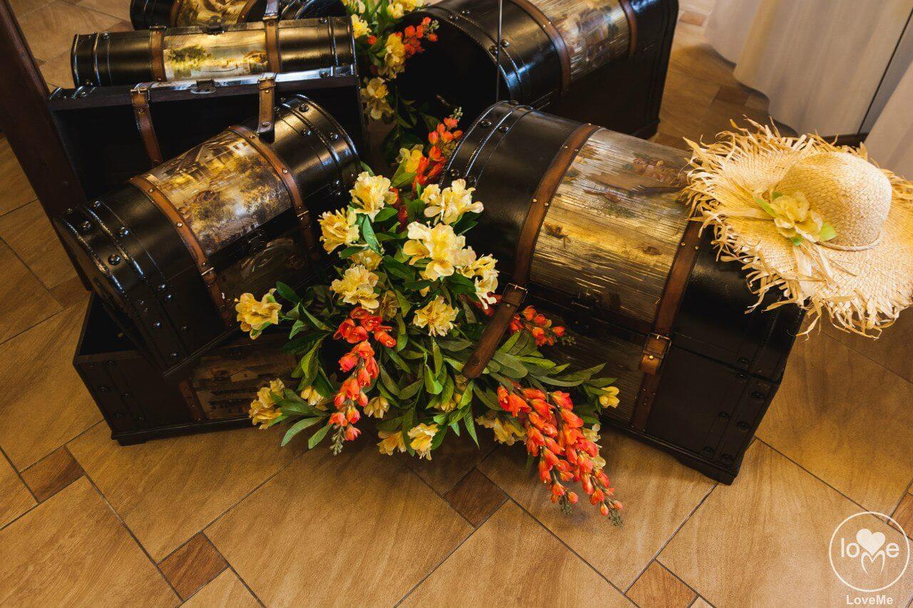 чемоданы и соломенные шляпы Свадьба в стиле путешествия Шале Могилев Организация свадьбы декор украшение зала свадебное агентство ЛавМи