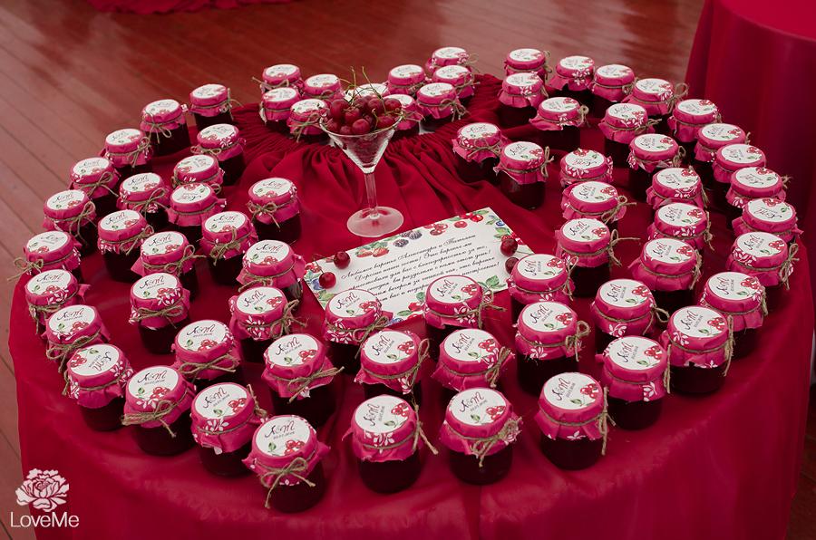 баночки варенья подарки гостям бонбоньерки ягодная свадьба марсала выездная регистрация роспись церемония усадьба куркуля свадьба в шатре организация свадьбы могилев свадебное агентство лавми декор шатра банкетного зала флористика букет невесты под заказ бутоньерки  аксессуары