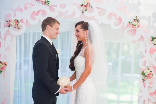 ажурная арка и молодые свадьба бело-розовая в стиле сваровски выездная регистрация декор банкета свадебное агентство ЛавМи Могилев печерское предместье