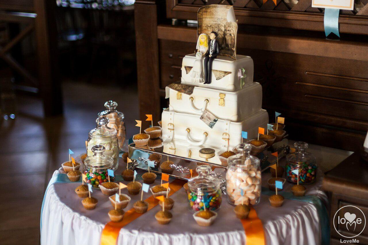 свадебный торт в виде чемодана с фигурками Свадьба в стиле путешествия Шале Могилев Организация свадьбы декор украшение зала свадебное агентство ЛавМи