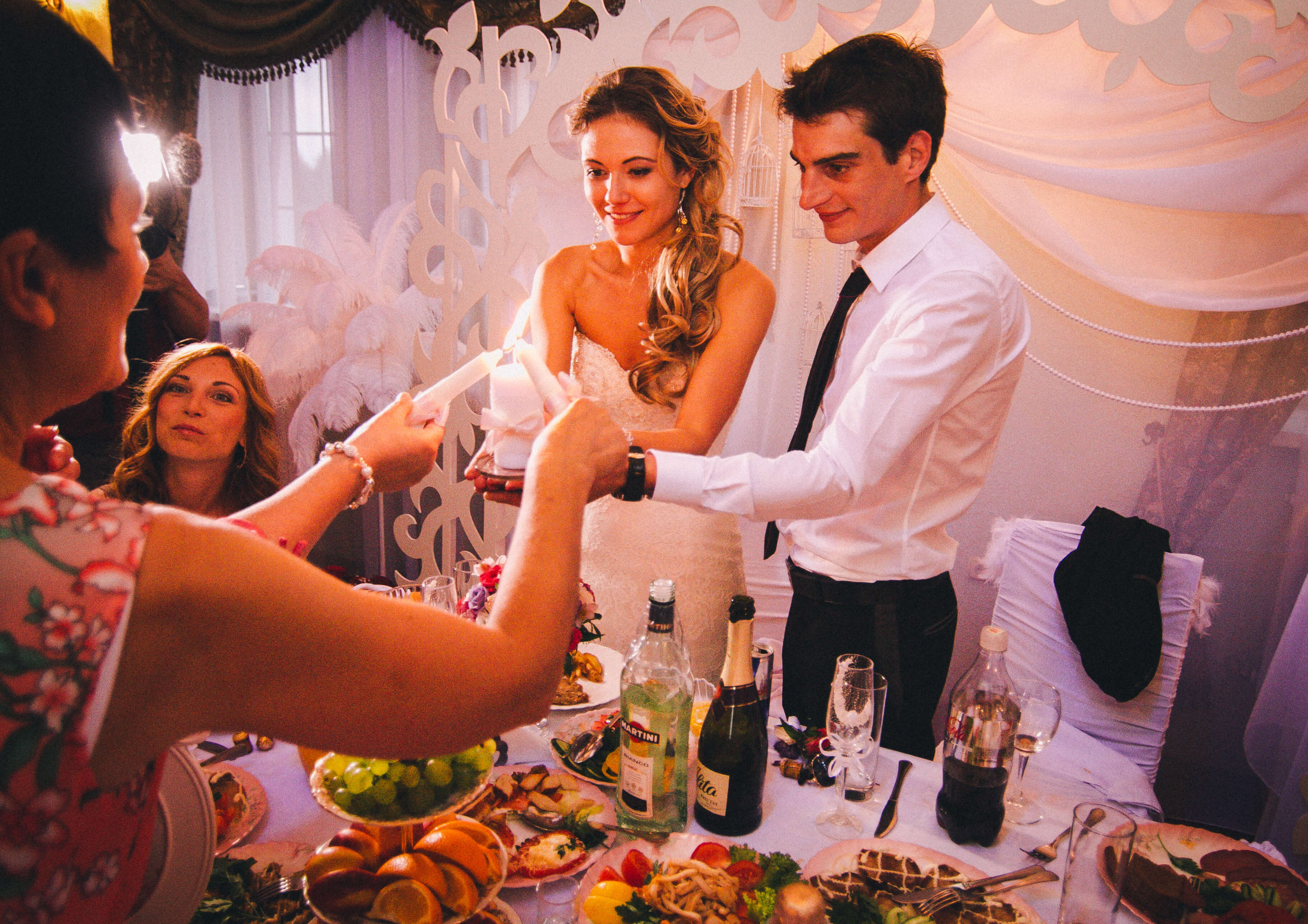 Французская парижская белая свадьба париж декор банкетного зала ресторана украшение организация свадьбы свадебное агентство ЛавМи Могилев
